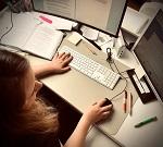 Autorin des Monats März 2021: Das Foto zeigt die Autorin von oben an ihrem Schreibtisch, am Computer arbeitend.