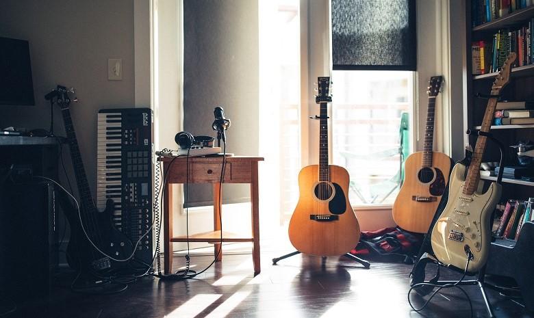 Beitragsbild Autor des Monats Textbroker: Blick auf eine Ansammlung von Musikinstrumenten